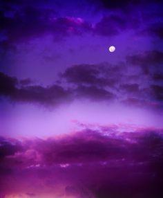 Luna sobre el cielo de color morado oscuro