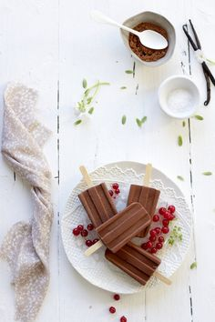 Polos de chocolate   http://food-and-cook.blogs.elle.es/2012/07/19/polos-de-chocolate-chocolate-popsicles/#