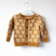 Baby Knitting Patterns Ravelry Saffran cardigan is a perfect winter and holiday cardigan, the colour work is no… Baby Knitting Patterns, Knitting For Kids, Knitting Tutorials, Shawl Patterns, Stitch Patterns, Crochet Patterns, Cardigan Bebe, Cardigan Pattern, Toddler Cardigan