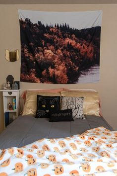 How to decorate your bedroom for autumn with spooky fall decor. Also, tips and tricks on how to have a cozy fall bedroom for cheap. Fall Bedroom Decor, Fall Home Decor, Teen Bedroom, Bedroom Ideas, Halloween Blanket, Halloween Bedroom, Fall Pillows, Decorate Your Room, Dream Rooms
