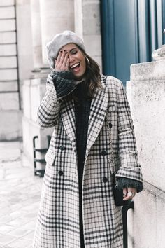 Collage Vintage: 100 mejores looks - StyleLovely Checkered Outfit, Collage Outfits, Beret Outfit, Check Coat, Collage Vintage, Cold Weather Fashion, Blazer Outfits, Trends, Autumn Street Style