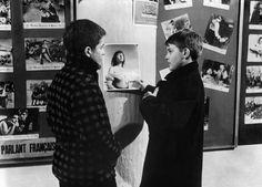 Jean-Pierre Léaud et Patrick Auffay dérobent une photo du film Monika de Bergman dans Les 400 coups (Francois Truffaut, 1959)