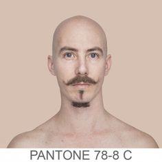 La fotografa e artista brasiliana Angélica Dass, classe 1979, ha utilizzato il sistema di identificazione dei colori Pantone per superare le classiche contrapposizioni legate alla diversità della pelle. Confrontando un campione virtuale del volto dei soggetti (della dimensione di 11X11