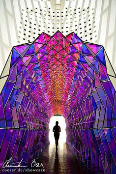 Frau steht zwischen moderner Kunst im Museum of Modern Art in San Francisco, USA.
