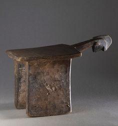 Tabouret  Lobi. Bois dur sculpté. Burkina Fasso. milieu XXe s.  Coll. MADOI ( inv. n° MOB.1989.523).