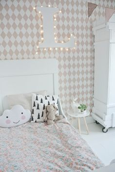 Make-over Lola's slaapkamer op 't blog Lekker Fris, met behang van Ferm Living en beddengoed van Bibelotte
