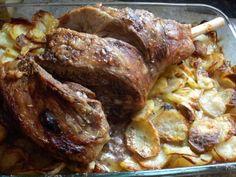 Une recette ultra simple mais bien bonne... La saveur de ce plat tient juste dans la cuisson, qui doit être à point. Le petit plus ce sont les pommes de terre qui vont cuire en même temps que le gigot, s'impregnant ainsi des parfums de la viande, Elles...