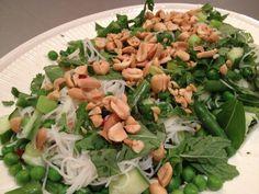 Deze kruidige noedelsalade is een voedzame, verfrissende salade met een aziatisch tintje. Heerlijk met de vele groene kruiden, de knapperige pinda's, de zachte noedels en de pittige dressing.