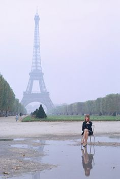 """jutememo: Françoise Hardy Photo Jean-Marie Périer tour-eiffel (via Pleasurephoto) """
