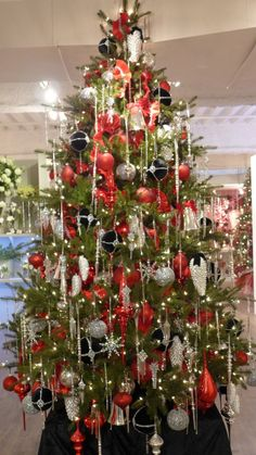 Top 5 Christmas Decorating Trends for 2013 | My Christmas.  Love the red, silver and black.