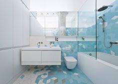 Niebanalne kształty płytek i ciekawa kolorystyka - ta łazienka robi duże wrażenie! Plus za zabudowę. Jest tu sporo miejsca do przechowywania.