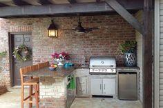 Inox keuken berging - landelijke buitenkeuken met houten barkrukken