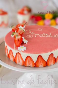 Le fraisier, a must dessert in France Baking Recipes, Cake Recipes, Dessert Recipes, British Pudding, French Sweets, Strawberry Sweets, Felt Cake, Homemade Ice Cream, Fancy Cakes