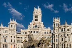 PALÁCIO DE CIBELES  Uma jóia da arquitetura espanhola. Esse palácio não passará impune aos seus olhos. Ele foi revitalizado e pintado de branco e rende fotos magnânimas ao final do dia. A entrada ao palácio é gratuita ha apenas uma cobrança para acessar o ultimo andar para ter a vista da plaza de cibeles paseo del prado e uma vista espetacular da cidade de Madrid. Vale a pena!!