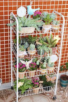 Ideia ótima para varandas pequenas e para quem não quer vasos no chão. Prático, organizado e lindo.