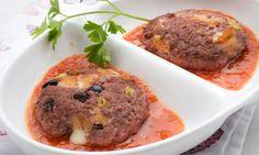 Hamburguesas rellenas de mozzarella y salsa de tomate casera.
