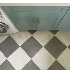 Laundry / Mudroom with checkerboard floor, teal blue cabinetry, brass hardware and white stone counters | Photo and design by @cottonwoodinteriors