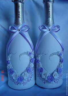 свадебные бокалы и бутылки в бело-голубых тонах - Поиск в Google Wine Bottle Vases, Recycled Glass Bottles, Painted Wine Bottles, Diy Bottle, Wine Bottle Crafts, Bottles And Jars, Decorated Wine Glasses, Decorated Jars, Wedding Bottles