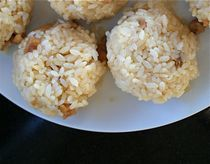 These chicken rice balls (a. onigiri) are fabulously easy to make and are much tastier than the sum of their parts. Chicken Rice Balls Recipe, Chicken Recipes, Chicken Balls, Yummy Snacks, Yummy Food, Lunch Snacks, Lunches, Fodmap Recipes, Love Food