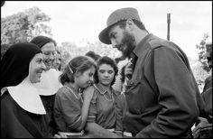 La Habana, Cuba. Enero de 1959. Fidel Castro hablando a un grupo de niñas y monjas. Foto de Burt Glinn.