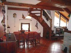 A #Gleise, a pochi km di #Bardonecchia, #affitto #appartamento composto da: soggiorno con camino e angolo cottura, camera con letto a castello, soppalco, servizio e box auto.