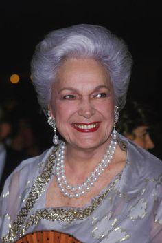Royal Tiaras, Tiaras And Crowns, Aga Khan Iii, Diahann Carroll, Pearl Necklace Designs, Royal Jewelry, Paris, Royal Fashion, Portrait