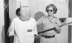 In 1971 the psychologist Philip Zimbardo decided to do an experiment that made the history of psychology and not only because he wanted to investigate human nature, but because the consequences were dramatic. Standford University, Stanford Prison Experiment, History Of Psychology, Das Experiment, Prison Officer, Service Secret, Student Volunteer, Moral Dilemma, Psychological Effects