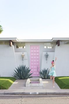 The famous Pink Door by Moises Esquenazi can be found in Palm Springs. Known for their gorgeous mid-century homes, Palm Springs is an excellent place to take an evening walking tour (when temperatures drop below Bring your camera and your Sunnies! Modern Front Door, Front Door Design, Front Door Colors, Front Doors, Modern Entrance, Entrance Ideas, Entrance Design, Palm Springs Style, House Entrance