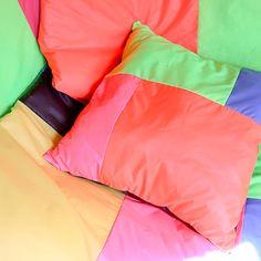 Mariadela Araujo, el quehacer de las manos y el quehacer textil · Tendencias.tv Textiles, Young Designers, Bean Bag Chair, Bed Pillows, Tv, Furniture, Home Decor, Fashion Studio, Brussels