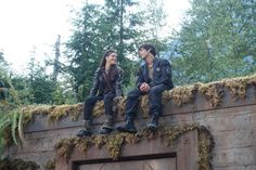 Marie Avgeropoulos and Bob Morley The 100 cast behind the scenes Octavia Blake and Bellamy Blake Blake siblings Bellarke, The 100 Cast, It Cast, Movies Showing, Movies And Tv Shows, Series Movies, Tv Series, The 100 Serie, 100 Memes