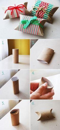 Usar rollo de papel como caja de regalo no parece muy ecológico, pero ya veréis que queda genial. La idea es meter el regalo en el rollo, doblar las esquinas y decorar la caja con cintas navideñas. Así que ya sabéis ¡¡No tiréis los rollos de papel del baño!!
