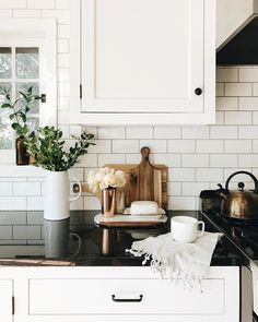 White cabinets, dark black countertops and hardware cabinet pulls handles. Home design decor ideas inspiration. Apartment Decoration, Decoration Ikea, City Apartment Decor, Rustic Kitchen, Kitchen Dining, Kitchen Decor, Decor For Kitchen Counters, Kitchen Styling, Kitchen Black Counter