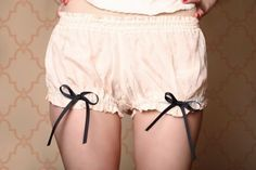 Tutorial and free pattern - Madeleine Mini Bloomers from Coletterie (ex-Colette Patterns). Colette Patterns, Motifs Colette, Lingerie Vintage, Vintage Underwear, Diy Clothing, Sewing Clothes, Clothing Patterns, Lingerie Patterns, Dress Patterns