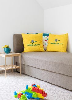 Kényelmes járáskomfort, idilli környezet a kis lurkók játékos mindennapjaihoz! Love Seat, Couch, Throw Pillows, Bed, Furniture, Home Decor, Settee, Toss Pillows, Decoration Home