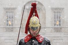 A Household Cavalry Guard stands in the blizzard as heavy snow hits Westminster Snowy Weather, Uk Weather, Military Men, Military History, Funny Photoshop Pictures, Beast From The East, English Gentleman, English Men, I Love Snow