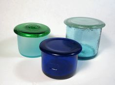 Simple Recycled Wine Bottle Trinket Boxes This site has a lot of recycled glass ideas! Cutting Wine Bottles, Bottles And Jars, Glass Jars, Bottle Candles, Diy Trinket Box, Wine Bottle Art, Bottle Jewelry, Bottle Wall, Bottle Box