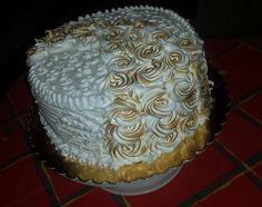 Stracsatellás görög joghurtos túró torta,vaniliás mascarpone krém bevonattal,karamelizàlt habcsók rózsákkal. --- 26 cm át...