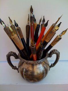 Ønsker meg en hel bukett av kalligrafi penner, og mange jeg kan skrive til Calligraphy Tools, Vintage Pens, Vintage Office, Dip Pen, Fountain Pen Ink, Letter Writing, Writing Pens, Pen And Paper, Writing Instruments