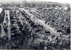 De oude veemarkt tijdens de laatste marktdag aldaar; links de paardenmarkt.