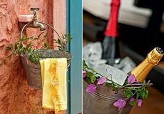 Pendurado na torneira do jardim, o balde de latão (furado embaixo, para escoar a água) funciona como pia. Enfeite-o com folhagens e deixe o sabonete apoiado. Se você não tem uma champanheira com pé, improvise: as garrafas podem ficar em baldes rústicos, e (Foto: Ricardo Corrêa )