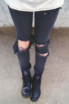 Ripped jeans and doc martens Grunge Fashion, Look Fashion, Winter Fashion, Fashion Outfits, Womens Fashion, Fashion Clothes, Dr. Martens, Carrie Bradshaw, Look Skater