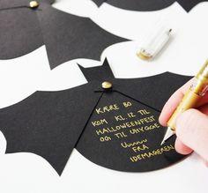 Deko DIY Halloween invitation tinker-bat-wing-invitation-text-writing Wedding Ceremony Music Music i Halloween Carnival, Theme Halloween, Halloween 2019, Halloween Diy, Halloween Images, Invitation Fete, Party Invitations Kids, Printable Invitations, Invitation Ideas