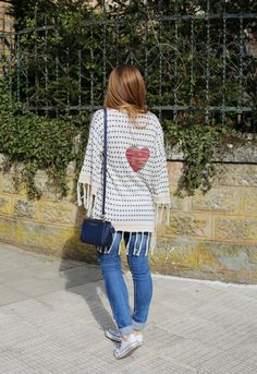Casual Look. Look con chaqueta de punto. A trendy life. #casual #knit #dots #sneakers #denim #jeans #michaelkorsbag #elarmariodeclaudia #urbanoutfitters #suiteblanco #michaelkors #converse #outfit #fashionblogger #atrendylife www.atrendylifestyle.com