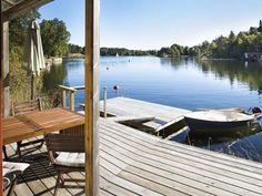 Privé aanlegsteiger aan zee, 18 km van het . Sweden Holidays, Co Housing, House Goals, Coastal Style, Where To Go, Outdoor Furniture, Outdoor Decor, Ibiza, Sun Lounger