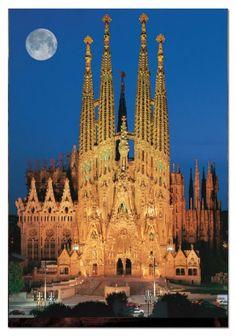 Templo Expiatório da Sagrada Família, localizado em Barcelona, Comunidade Autônoma da Catalunha, Espanha. Obra inacabada de Antoni Gaudi, esta igreja com  95 metros de comprimento e 60 metros de largura, e 18 torres, será capaz de abrigar 13.000 pessoas quando concluído.  Fotografia: http://www.architecturendesign.net