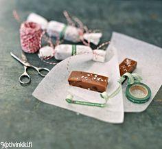 Ihanan sitkeä toffee | Kotivinkki Toffee, Christmas Candy, Food Styling, Happy Holidays, Usb Flash Drive, Food And Drink, Sweets, Chocolate, Baking