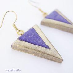 Boucles d'oreilles géométriques violettes et dorées : Boucles d'oreille par mysweetjewelry. http://www.alittlemarket.com/boucles-d-oreille/fr_boucles_d_oreilles_geometriques_violettes_et_dorees_-11377567.html