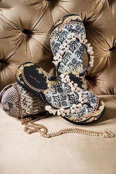 Pérolas, Chutch Python e uma estampa de muito luxo: a Provençal da Bem Amada. Com certeza um look rico em acessórios. Confira na Adoro Presentes.  #adoro #adoropresentes #lojavirtual #lojaonline #bemamada #sandalias #chinelo #sandals #modafeminina #moda #fashion #womensfashion #fliflop