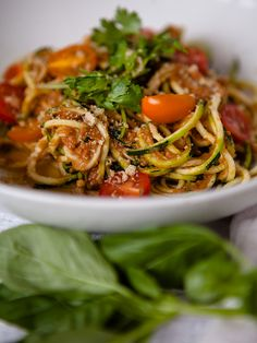 Raw Tomato Garlic Sauce with Zucchini Noodles (omit Parmesan for raw vegan) Raw Vegan Dinners, Raw Vegan Recipes, Healthy Dinner Recipes, Whole Food Recipes, Diet Recipes, Vegetarian Recipes, Cooking Recipes, Vegan Raw, Cooking Tips