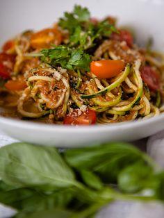 Raw Tomato Garlic Sauce with Zucchini Noodles #Raw #PlantBased #Vegan